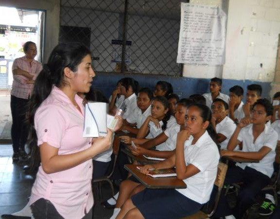 Sara Eliza Pérez teaching young students in a classroom.